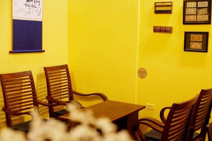 Bước vào quán, du khách hoàn toàn chìm đắm trong không gian tĩnh mịch, tách biệt khỏi sự náo nhiệt của thành phố. Chủ quán chọn phong cách thiết kế của những ngôi nhà ở Hà Nội những năm đầu thập niên 80 của thế kỷ trước. Toàn bộ các bức tường ở đây đều được sơn vàng, kết hợp cùng những bộ bàn ghế gỗ, tạo cảm giác trầm ấm