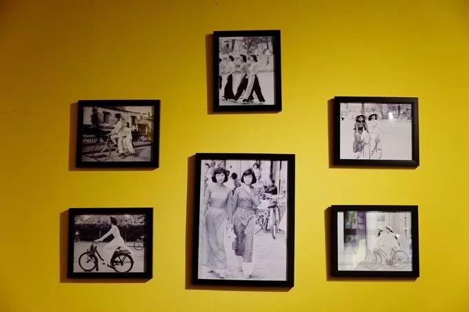 Trên tường là những bức hình về con người, khung cảnh cùng bộ sưu tập tiền giấy Việt Nam qua các thời kỳ.