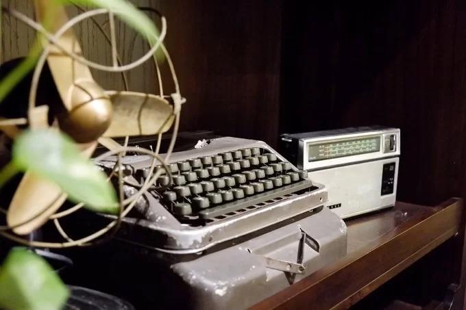 Những chi tiết trang trí ở quán đều là đồ cũ như quạt máy, đài cassette hay máy đánh chữ.