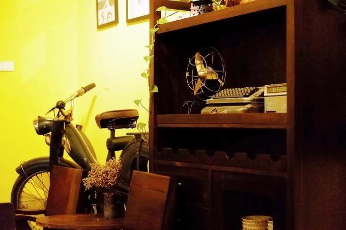 Gần đây, quán đã nhận được nhiều sự quan tâm của du khách khi xuất hiện trong một số cảnh quay của bộ phim truyền hình Về nhà đi con. Trên ảnh là nơi hai nhân vật Dương và Huệ cùng ngồi uống trà, trò chuyện trong tập 69.