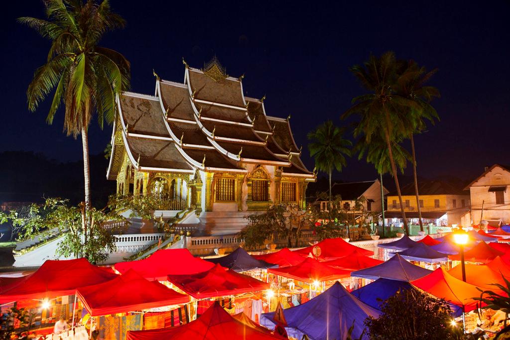 Khác với đa số chợ đêm ở châu Á, ồn ào và khá hỗn loạn, chợ đêm Luang Prabang ở Lào rất yên tĩnh, không có cảnh đám đông xô đẩy cũng như vắng tiếng la hét của những người bán hàng. Là nơi tụ họp của khoảng 300 nhà cung cấp đồ thủ công mỹ nghệ địa phương, đây là một trong những nơi tốt nhất giúp du khách tìm những món đồ quý hiếm với giá hời. Ảnh: Shutterstock.