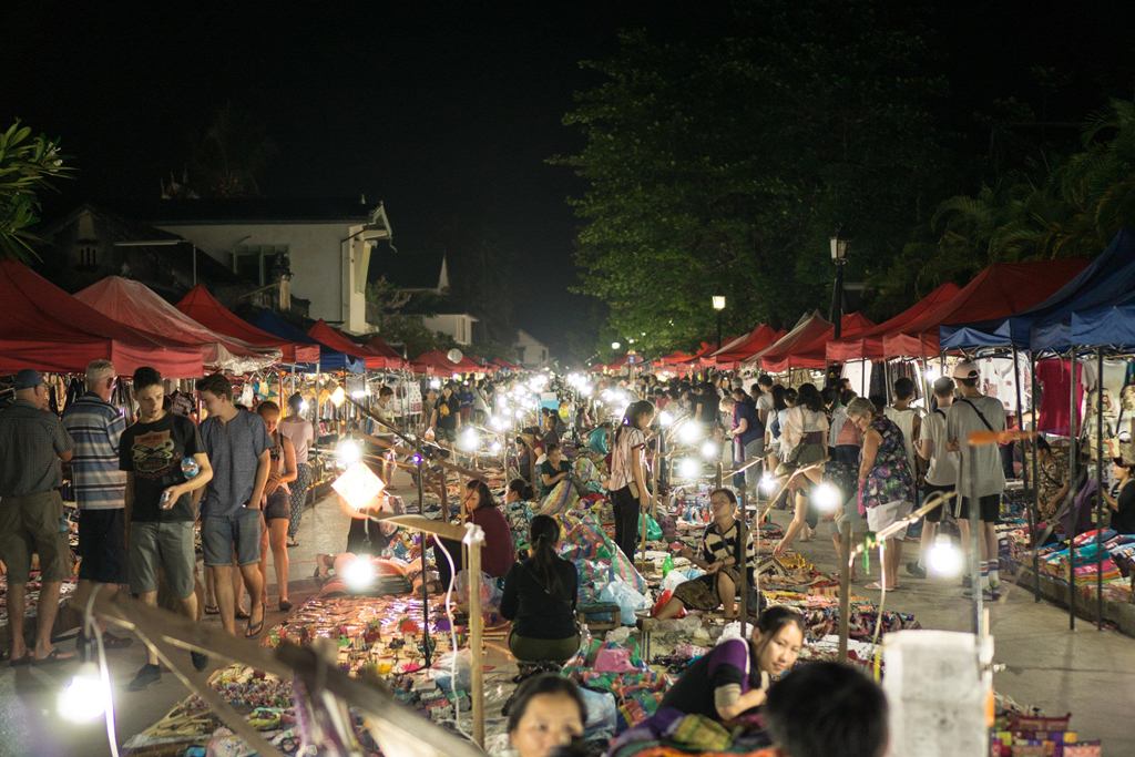 Chợ bắt đầu từ khu vực Wat Mai đến trung tâm thị trấn, trải dài hơn 800 m. Nếu đói, du khách có thể tìm thấy những quầy bán thức ăn trên đường. Tuy nhiên, nếu muốn tìm những món ngon nhất, bạn nên rẽ vào con hẻm gần đó, giữa sông Mekong và đường Sisavangvong. Ảnh: Shutterstock.