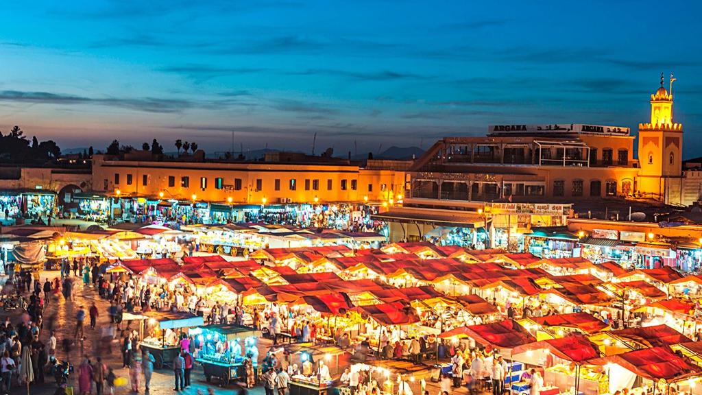 Chợ đêm Marrakech là một trong những điểm đến nổi tiếng nhất Morocco. Thu hút du khách bởi không khí sôi động, nơi đây tựa một sân khấu tạp kỹ lớn khi màn đêm buông xuống. Từ những người chơi nhạc, thầy bói đến các gian hàng, tất cả mang đến vẻ huyền bí tựa trong những câu chuyện nghìn lẻ một đêm. Ảnh: Shutterstock.