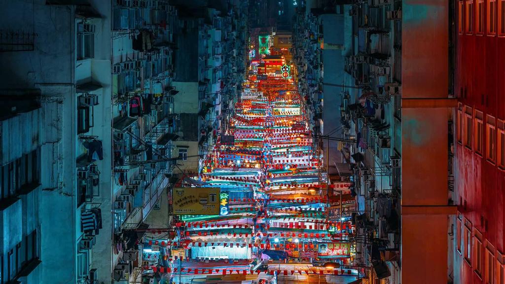 Khi màn đêm buông xuống, những con phố ở Hong Kong (Trung Quốc) trở nên sống động hơn với các ánh đèn rực rỡ. Ngoài bến cảng Victoria, chợ đêm Miếu Nhai là một trong những điểm thu hút du khách nhiều nhất với hơn 100 gian hàng mang đậm nét văn hóa địa phương. Ảnh: Redit.