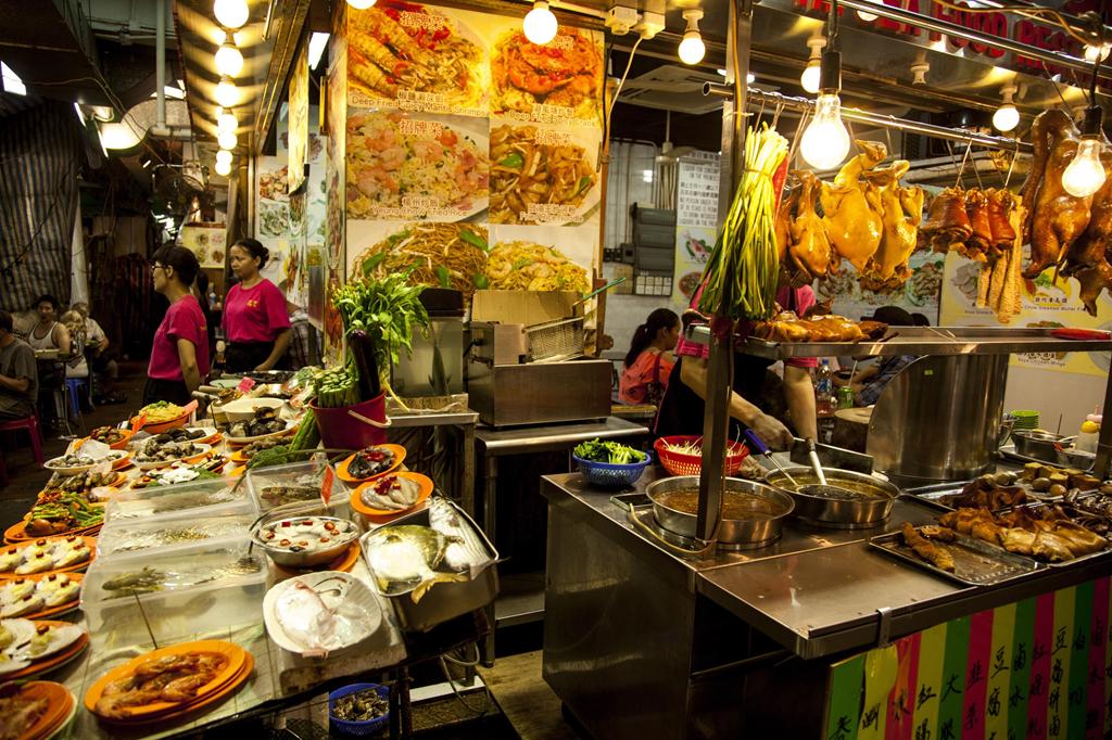 Các quán ăn ở chợ bán đủ loại từ hải sản, cơm niêu, mì đến dimsum. Bên cạnh đó, du khách có thể thưởng thức loại hình nghệ thuật truyền thống của Hong Kong như biểu diễn kinh kịch. Ảnh: Shutterstock.