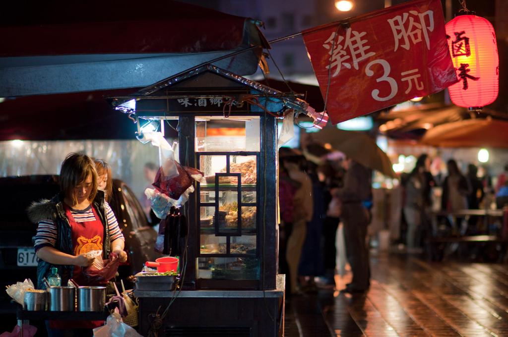 Khi mới hoạt động cách đây hơn 60 năm, chợ đêm Ninh Hạ (Đài Loan, Trung Quốc) chuyên bán quần áo và phụ kiện. Hiện tại, nơi đây là thiên đường ẩm thực ở thành phố Đài Bắc. Ảnh: Shutterstock.