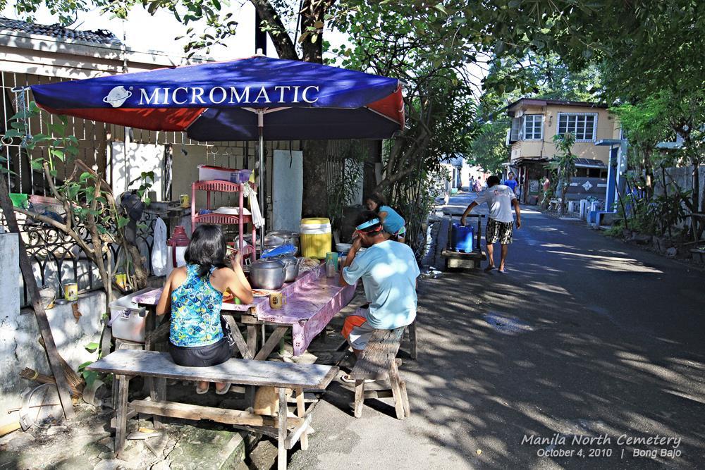 """Nghĩa trang này giờ trở thành một điểm du lịch hút khách nhất tại Manila. Bạn sẽ mất khoảng 200 peso (khoảng 10 USD) cho một tour du lịch kèm hướng dẫn viên. Du khách thích mạo hiểm có thể thuê xe đạp hoặc tự đi bộ thăm thú """"tư gia"""" của những người chết. Ảnh: Bong Bajo."""