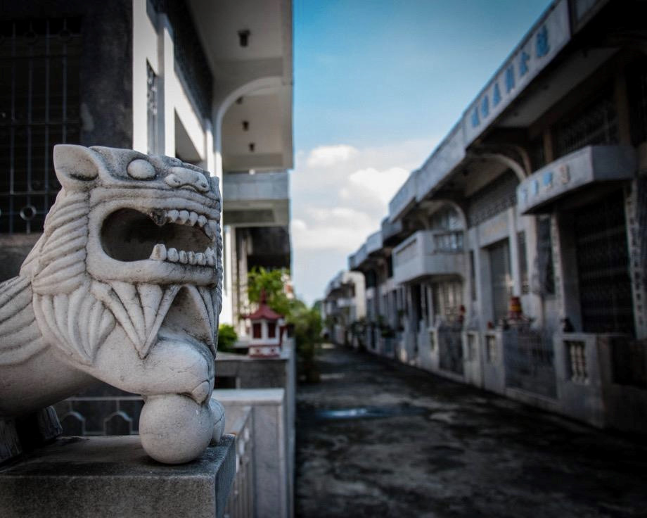 Một lô đất ở đây có giá thuê lên đến 50 triệu peso (2,6 triệu USD) trong 25 năm. Nghĩa trang này không hoàn toàn thuộc về những người giàu. Tại đây, bạn vẫn có thể tìm thấy những ngôi mộ nhỏ của các gia đình bình dân. Tuy nhiên, họ sẽ không được ở các vị trí trang trọng như giới lắm tiền. Hiện nay, nhiều gia đình Philippines cũng chọn Chinese Cemetery Manila làm nơi an nghỉ cho người thân mình. Ảnh: Amusing Planet.