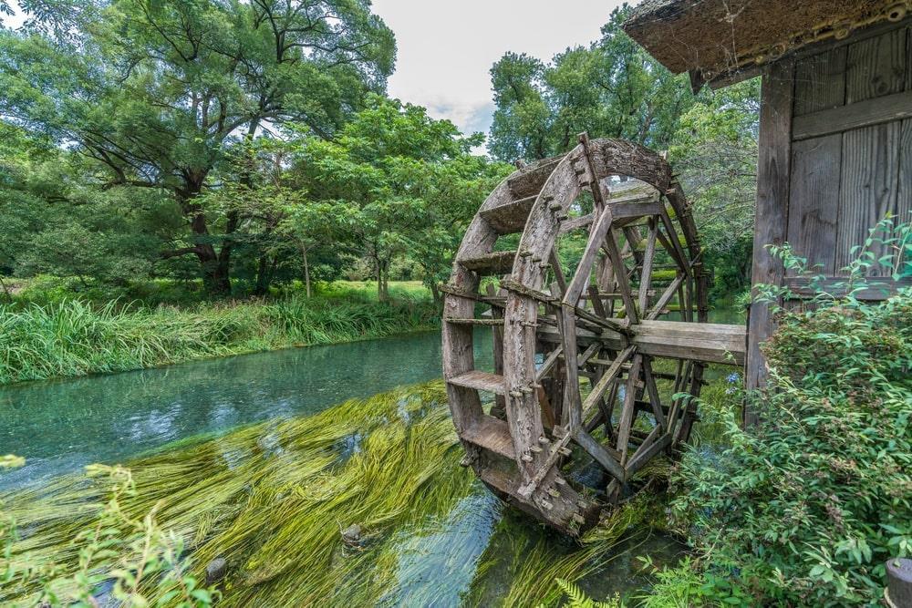 """Những chiếc bánh xe bằng gỗ kiểu cũ, nằm dọc theo dòng sông, là điểm nhấn trong bức tranh thiên nhiên của ngôi làng. Đây là đạo cụ đoàn phim """"bỏ quên"""", góp phần khiến khung cảnh trở nên lãng mạn, thơ mộng hơn. Ảnh: Manuel Ascanio."""