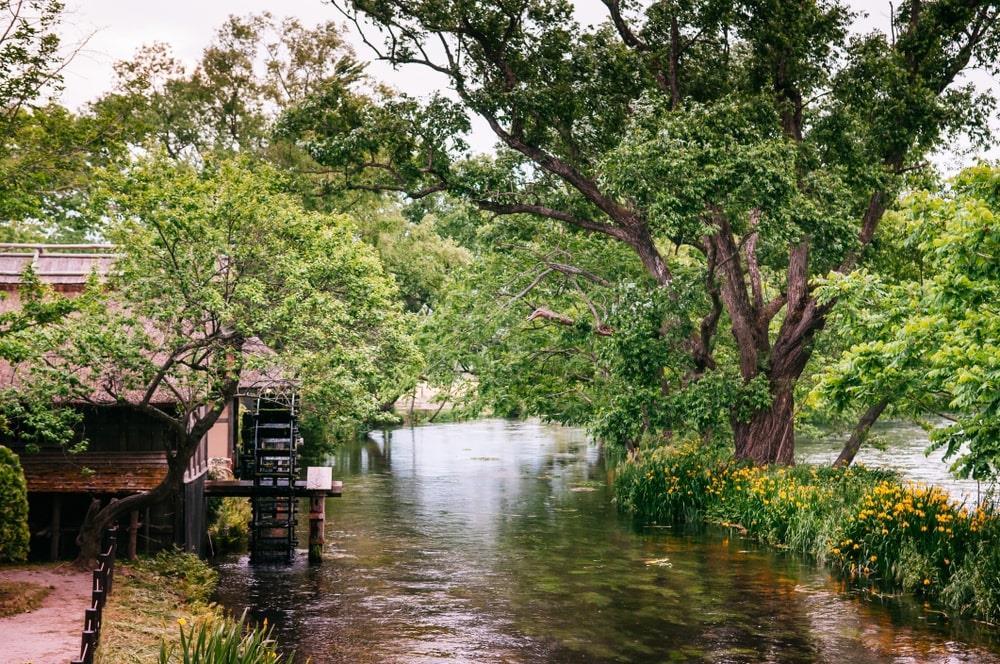 Tới đây, du khách được miễn phí vé vào cửa. Bạn có thể ngồi thuyền, xuôi dòng sông để tham quan ngôi làng với những căn nhà đơn sơ, nhỏ nhắn hai bên bờ. Đi bộ bên bờ sông cũng là trải nghiệm đáng giá để cảm nhận toàn bộ vẻ đẹp bình dị nơi đây. Ảnh: PixHound