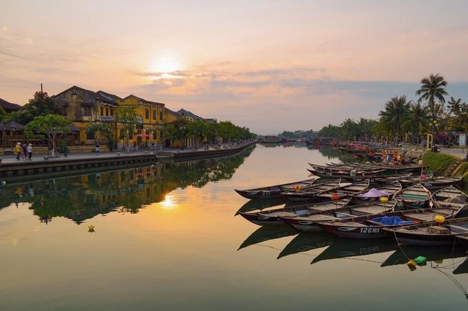 Hội An vừa được tạp chí Travel and Leisure bình chọn đứng đầu 15 thành phố du lịch tốt nhất thế giới năm 2019, dựa trên khảo sát của bạn đọc. Đô thị cổ này được UNESCO công nhận là Di sản văn hóa thế giới vào năm 1999, với nhiều địa điểm tham quan như Chùa Cầu, bến thuyền sông Hoài (ảnh), chợ Hội An, nhà cổ Tấn Ký hay hội quán Triều Châu.  Ngồi trên con thuyền nhỏ lướt êm đềm qua những dãy phố, làng nghề hai bên bờ sông là một trải nghiệm thú vị.