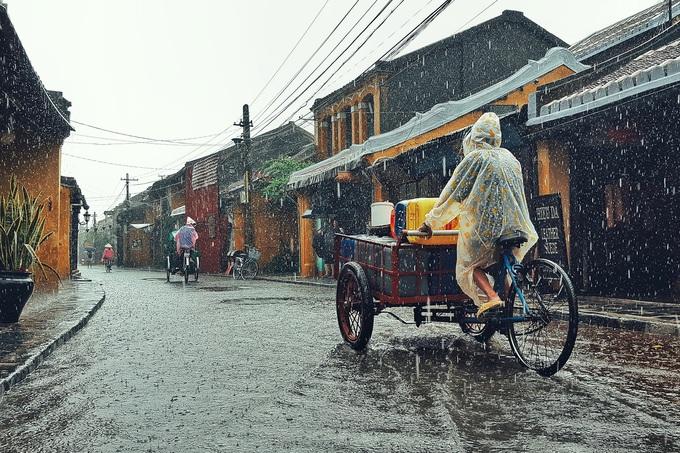 Mùa mưa, Hội An vắng khách hơn. Tuy nhiên không ít người vẫn tìm đến đây để có góc nhìn khác về thành phố du lịch nổi tiếng của miền Trung.