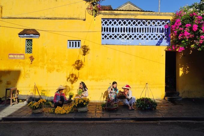 Những ngôi nhà cổ với mái ngói thâm nâu và tường quét vôi vàng là hình ảnh đặc trưng của Hội An, thành phố cách Đà Nẵng khoảng 30 km về phía nam. Trên đường Trần Phú, Nguyễn Trãi hay Hoàng Văn Thụ, những bức tường còn được điểm xuyết bởi các lồng đèn và nón lá.