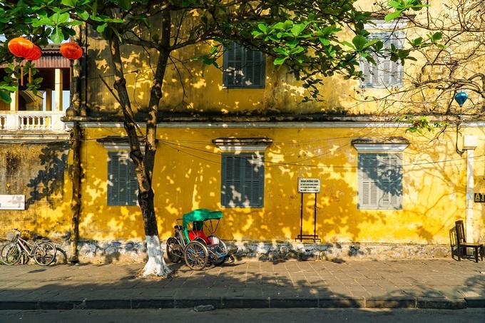 Phương tiện di chuyển trong phố cổ chủ yếu là xích lô (ảnh), xe đạp, xe máy nhưng đi bộ là lựa chọn thú vị nhất với du khách. Bạn có thể mệt nhưng dễ dàng đi vào các con hẻm nhỏ trên đường Phan Chu Trinh để khám phá, thưởng ngoạn.