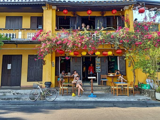 Các quán cà phê mở ra san sát trong phố cổ, thu hút du khách nước ngoài ngồi thư giãn, ngay cả trong những ngày hè.