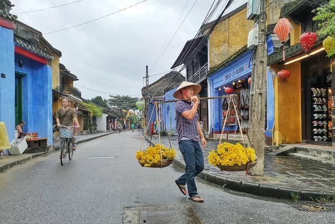 Đâu đó bạn còn bắt gặp hình ảnh nam du khách thử gánh hàng hoa trên phố Hội.