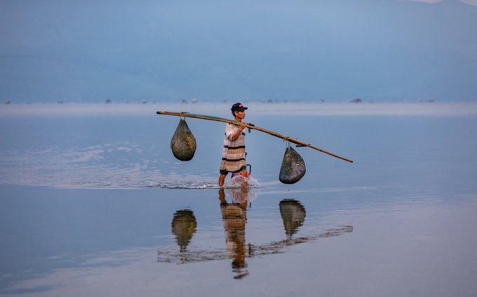 Người dân nơi đây sống chủ yếu bằng nghề đánh, bắt thủy hải sản trên đầm.