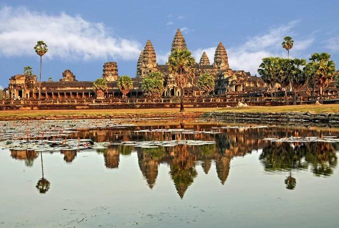 Nằm cách Siem Reap khoảng 6 km về phía bắc, đền Angkor Wat được vua Suryavarman II xây dựng vào nửa đầu thế kỷ 12. Diện tích của cả quần thể kéo dài hơn 400 km2, bao quanh bởi một hào nước sâu và rộng. Sự rộng lớn của công trình được nhiều người mô tả như thiên đường nơi hạ giới. Ban đầu, Angkor Wat được xây dựng để thờ Vishnu, một vị thần Hindu, nhưng sau này do sự du nhập và phát triển mạnh của đạo Phật, Angkor Wat đã chuyển sang thờ Phật giáo vào gần cuối thế kỷ 12. Các đền Angkor đều nằm bên trong Công viên khảo cổ Angkor. Có thời gian quần thể này từng bị lãng quên. Đến cuối thế kỷ 19, các nhà khảo cổ phương Tây mới tiếp tục tìm hiểu về quần thể đền đài này và đưa vào khôi phục trong khoảng các năm 1907 - 1970. Toàn bộ Angkor Wat được xây bằng đá sa thạch và đá tổ ong, nổi bật và đặc trưng với lối điêu khắc cổ đại. Dù trải qua nhiều thế kỷ, những ngôi đền trong quần thể vẫn gìn giữ được vẻ đẹp và thường xuyên có người đến thờ cúng. Angkor Wat được UNESCO công nhận là di sản văn hóa thế giới năm 1992. Ảnh: Tipnadovolenku.