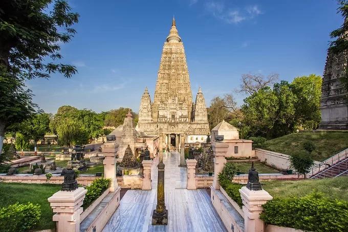 Chùa Mahabodhi (hay chùa Đại Giác Ngộ, chùa Đại Bồ Đề) tọa lạc ở Bodh Gaya, thuộc huyện Gaya, bang Bihar, cách thủ phủ của bang là thành phố Patna, Ấn Độ khoảng 96 km. Di tích này có một tháp trung tâm bằng đá cao 55 m và bốn tháp nhỏ hơn bao quanh, là nơi hành hương lớn nhất của các tín đồ Phật giáo trong hơn 2.000 năm. Khuôn viên chùa Mahabodh có cây bồ đề linh thiêng được cho là nơi Đức Phật đã giác ngộ, dưới gốc cây là tòa kim cang VaJirasana sa thạch đánh dấu nơi Đức Phật đã từng ngồi. Theo kinh Phật, sau khi thiền định và giác ngộ, Phật tổ đã dành cả đời mình để giảng dạy Phật pháp cho đến khi qua đời ở tuổi 80. Ngôi đền Mahabodhi được UNESCO công nhận là di sản thế giới vào năm 2002. Ảnh: Goibibo.