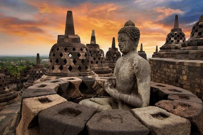 Khu phức hợp đền Borobudur tọa lạc trên đỉnh một quả đồi, giữa vùng đồng bằng phì nhiêu, nổi bật với phông nền là dãy núi Menoreh thuộc miền trung Java, Indonesia. Đền nằm cách thành phố Yogyakarta khoảng 40 km về phía bắc, là khu di tích Phật giáo lớn nhất trên thế giới có niên đại từ thế kỷ thứ 9. Ngôi đền có chín tầng, xếp chồng lên nhau bao gồm 6 vuông, 3 tròn và trên cùng là một mái tròn, tổng chiều cao 42 m, tương đương chiều cao của một tòa nhà 10 tầng hiện đại. Kiến trúc Borobudur được trang trí với 3.000 tác phẩm phù điêu chạm khắc nổi, 72 tháp chuông hình mắt cáo và 504 pho tượng Phật. Tất cả bậc thềm từ tầng 1 đến tầng 9 đều được phủ kín bằng những phù điêu, chạm trổ cầu kỳ mô tả cuộc đời của đức Phật Thích Ca, các bồ tát và anh hùng đã giác ngộ Phật pháp. Bên cạnh đó là những nội dung về thiên đàng và về địa ngục. Ngày nay, Borobudur là công trình kiến trúc thu hút nhiều khách du lịch nhất tại Indonesia. Ảnh: Koemeshi.  Tạp chí National Geographic của Hội Địa lý Quốc gia Mỹ, ra mắt lần đầu năm 1888. Hiện tạp chí được lưu hành trên toàn thế giới với gần 40 phiên bản ngôn ngữ khác nhau.