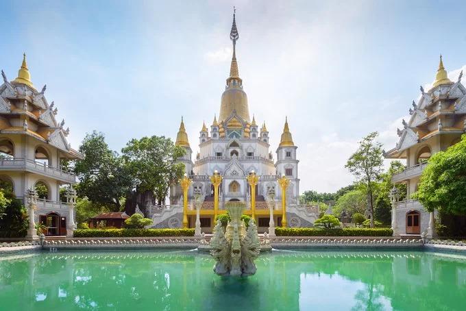 Chùa Bửu Long (hay còn gọi là Thiền viện Tổ Đình Bửu Long) tọa lạc ở quận 9, cách trung tâm TP HCM khoảng 20 km. Khuôn viên chùa rộng hơn 11 ha, nằm trên một ngọn đồi bao quanh bởi rừng cây xanh, hướng ra bờ sông Đồng Nai. Ngôi chùa mang vẻ đẹp riêng so với những địa điểm tâm linh khác trong nước, do có sự kết hợp của kiến trúc từ Ấn Độ, Myanmar, Thái Lan và Việt Nam. Bảo tháp trong chùa có tên Gotama Cetiya, là bảo tháp lớn nhất Việt Nam với chiều cao 70 m cùng bốn tháp phụ xung quanh. Trước mặt tháp là hồ nước hình bán nguyệt với màu xanh ngọc, được xem là điểm nhấn giúp ngôi chùa thêm lộng lẫy. Ảnh: Renan Gicquel.