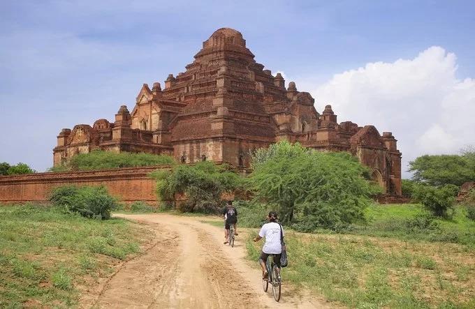 Thánh địa Phật giáo Bagan ở Myanmar có hàng nghìn đền chùa linh thiêng, trong đó nổi bật là đền Dhammayangyi (ảnh). Công trình do vua Narathu cho xây dựng từ năm 1167 sau khi giết vua cha và anh trai, chiếm ngai vàng.  Ngôi đền được dựng bằng gạch nung và không hề có mạch vữa. Tương truyền, Dhammayangyi mãi dở dang do những tội ác mà Narathu gây ra. Điều đó cũng lý giải vì sao công trình không có chóp như những ngôi đền khác. Ảnh: Ben The Man.