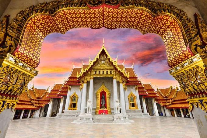 Chùa Wat Benchamabophit tại Bangkok, Thái Lan hoàn thành vào năm 1911 và còn được gọi là chùa Cẩm Thạch do xây bằng đá cẩm thạch nhập khẩu từ thị trấn Carrara, Italy. Bên trong chính điện là nơi thờ những bức tượng Phật Shinnarat, phía sau điện chính là một phòng trưng bày hiện vật 52 bức tượng Phật. Ảnh: My Thailand Tours.