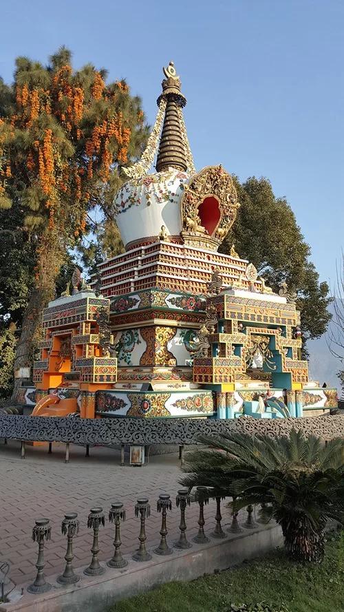 Tu viện Kopan tọa lạc trên đỉnh đồi gần bảo tháp Boudhanath nổi tiếng, nằm cách thủ đô Kathmandu, Nepal khoảng 5,6 km về phía đông bắc, được đức Lama Yeshe thành lập nên vào đầu những năm 1970. Tu viện theo đuổi sứ mệnh bảo tồn, truyền bá đạo Phật, hiện quy tụ hơn 300 nhà sư đang tu tập. Nơi đây cũng cho những người mộ đạo ghi danh các khóa học thiền định kéo dài ba tháng và hàng ngày có các buổi pháp thoại từ thứ hai đến thứ sáu dành cho du khách. Tại ngôi đền chính tu viện, du khách được chiêm ngưỡng bức tranh bốn vị Pháp Vương của Tây Tạng và pho tượng Lama Tsong Khapa cao tới 6 m. Đây chính là nhà truyền thừa đã sáng lập ra trường phái Gelug của Phật giáo Tây Tạng. Ảnh: TMM Nepal.