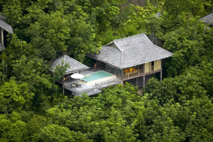 Six Senses Yao Noi, Thái Lan  Khu resort nằm giữa đảo Koh Yao Noi vẫn còn hoang sơ. Với vị thế tách biệt, nơi này đem lại cho du khách cảm giác yên bình khi bao quanh là núi rừng và biển. Bạn có thể lặn biển, chèo thuyền kayak hoặc đạp xe, tập Muay Thái, đi du thuyền tham quan đảo lân cận hay tổ chức tiệc BBQ khi nghỉ tại đây.