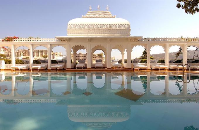Cung điện Taj Lake, Udaipur, Ấn Độ  Khu nghỉ dưỡng này được xem là một trong những nơi xa hoa và lộng lẫy nhất đất nước, nằm giữa lòng hồ Pichola, Udaipur, miền Tây Ấn Độ. Giữa vùng sa mạc của Rajasthan, màu xanh của núi non và nước hồ trong vắt, cung điện hiện lên sừng sững với lối kiến trúc tái hiện thời hoàng kim Ấn Độ, khiến du khách như đi lạc vào một câu chuyện cổ tích.