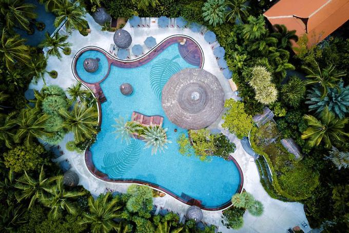 Anantara Hua Hin resort, Thái Lan  Khu nghỉ nằm ở Hua Hin, tỉnh Prachuap Khiri Khan, cách vài giờ lái xe về phía nam thủ đô Bangkok. Những năm gần đây, Hua Hin trở thành một trong những địa điểm du lịch yêu thích của du khách quốc tế. Khu nghỉ dưỡng được dựng mô phỏng một ngôi làng truyền thống của Thái Lan. Các phòng nằm xen lẫn trong khuôn viên cây cối um tùm. Bể bơi nằm ở trung tâm. Du khách chỉ cần đi bộ vài phút là đến bờ biển có dải cát vàng. Đây cũng địa chỉ ngắm mặt trời mọc được nhiều du khách yêu thích.  Những resort còn lại trong danh sách gồm: Oberoi Udaivilas (Ấn Độ), Anantara Golden Triangle Elephant Camp & Resort (Thái Lan), Oberoi Amarvilas (Ấn Độ), Four Seasons Resort Bali (Indonesia), Oberoi Rajvilas (Ấn Độ).