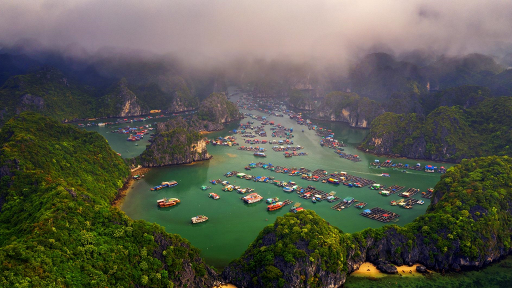 Làng chài là nơi sinh sống của khoảng 300 hộ dân với hơn 600 nhân khẩu. Nét thơ mộng của thiên nhiên hoà cùng nhộn nhịp của cuộc sống lao động ở làng chài tạo nên một vẻ đẹp xao xuyến lòng người. Những nhà thuyền đầy sắc màu, kết liền với nhau thành nhóm, nổi bật trên nền xanh của mặt nước tĩnh lặng. Thuyền bè nối đuôi nhau hướng ra biển lớn. Dưới ống kính flycam, toàn cảnh làng chài hiện lên tạo thành bức tranh rực rỡ, hài hòa của thiên nhiên và con người. Ảnh: Nguyễn Tuấn.
