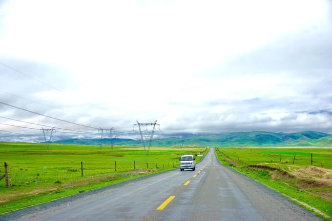 Hồ Thanh Hải cách thành phố Tây Ninh (Trung Quốc) tầm 140 km. Xe đi đường đồi núi nhưng không qua đèo vì có đường hầm xuyên qua từng đoạn núi. Những con đường băng qua thảo nguyên rộng, khoáng đãng, mang lại cảm giác tự do tự tại.