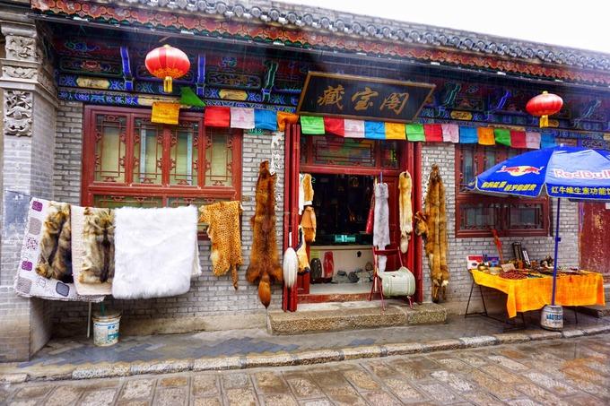 Từ thành phố Tây Ninh đến hồ tầm 140 km, du khách dừng tại 5 điểm nhỏ để tham quan và ăn uống. Dạo quanh thành cổ Dan Gar, bạn bắt gặp nhiều cửa hàng bán đồ da thú, đồ lưu niệm. Ở đây có 2 ngôi đền, vé vào cổng lần lượt 10 và 15 tệ/người (khoảng 33.000 và 50.000 đồng).