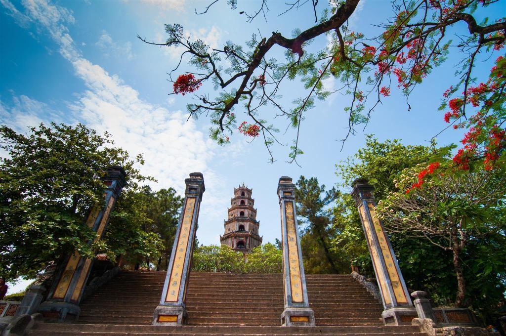 Cầu nguyện: Phật giáo là một phần trong đời sống hàng ngày của người dân tại vùng đất cố đô từ thế kỷ 16. Du khách có thể đến thăm các ngôi chùa trong nội thành hoặc những khu vực xung quanh, dành hàng giờ đồng hồ tập thiền và đàm đạo với các vị sư thầy. Bạn có thể ghé thăm các ngôi chùa nổi tiếng như Thiên Mụ, Thiền Lân, Huyền Không... để tận hưởng không gian yên tĩnh, tâm thanh tịnh. Ảnh: Agoda.