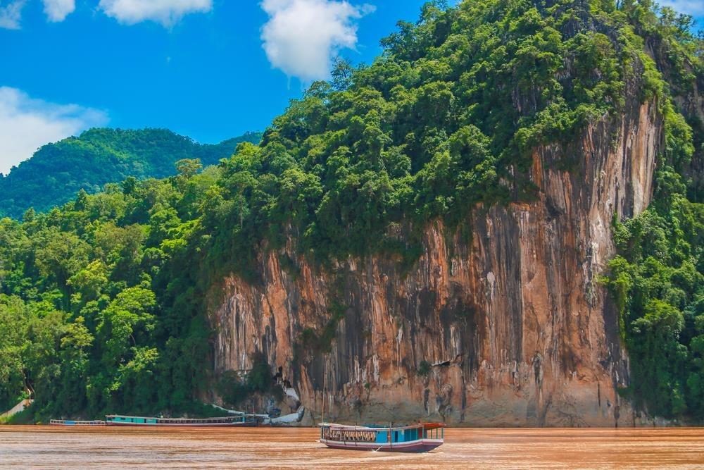1. Pak Ou là hang động đá vôi nổi tiếng của Lào. Trong động chứa hơn 4.000 pho tượng Phật. Những bức tượng được chạm khắc ấn tượng, có nhiều kích cỡ và màu sắc khác nhau. Thuyền là phương tiện duy nhất giúp du khách đến được đây. Ảnh: Preecha Onnu.