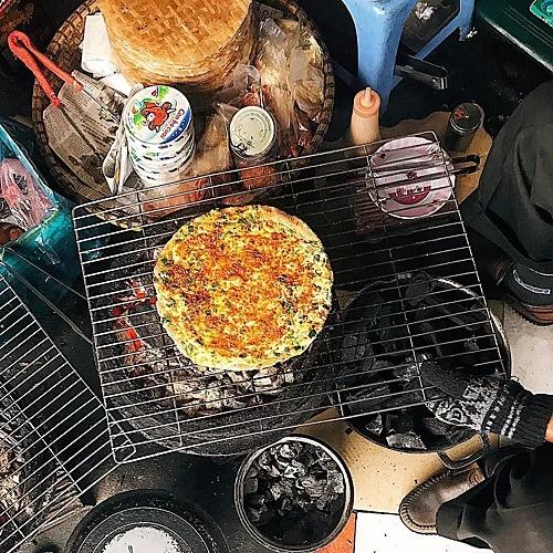 Quán Minh Châu  Đây là một trong những địa chỉ bán bánh tráng nướng đầu tiên ở Đà Lạt. Cũng mở cửa từ xế chiều, quán đón khách cho đến tối muộn. Mỗi chiếc bánh tráng ở đây được nướng đều, nhân đầy đặn. Quán cũng bán các loại nhân thường thấy, giá từ 25.000 đồng một chiếc. Ảnh: @doiratngon.  Địa chỉ: 34 Bùi Thị Xuân.
