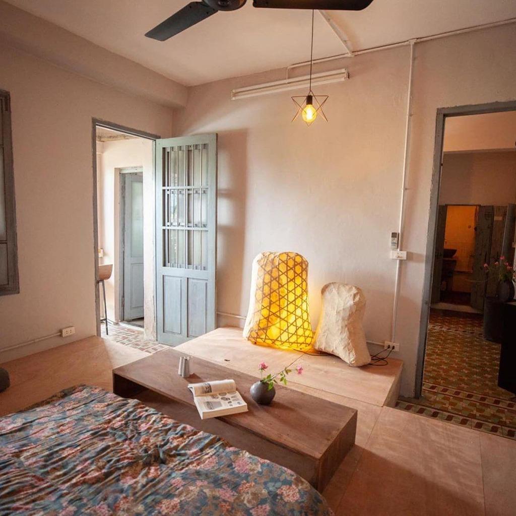 3. Le Bleu Hà Nội - Art Decor Loft: Căn nhà này nằm ở tầng 3 của một biệt thự Pháp cổ, được xây dựng từ những năm 54. Nội thất với gam màu nâu gỗ của Art Decor Loft mang lại cảm giác ấm cúng cho người thuê. Phòng khách có lò sưởi và căn bếp đầy đủ tiện nghi. Le Bleu còn sở hữu sân vườn thoáng mát, có mái che được lợp bằng giàn cây leo lãng mạn, rất phù hợp cho hội sống ảo. Giá thuê phòng là 800.000 đồng/đêm. Ảnh: Le Bleu.
