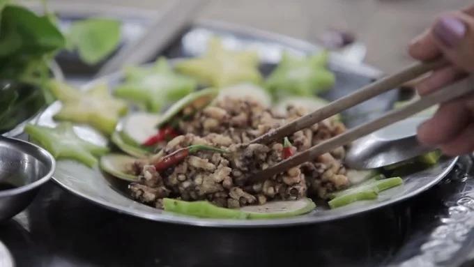 Mắm ong rừng U Minh  Món ăn không mấy quen thuộc với thực khách đến từ thành thị. Nhưng đối với người dân sống vùng U Minh (Cà Mau), đây là đặc sản phổ biến, dành để biếu khách. Cách chế biến mắm ong rừng không mấy cầu kỳ, chỉ cần chần tổ ổng vào nước sôi để lấy ong. Sau đó, đầu bếp nêm thêm chút gia vị, không thể thiếu thính gạo rang đã xay nhuyễn. Món ăn dùng chung với khế chua, chuối chát và rau sống, gây ấn tượng với vị lạ miệng.