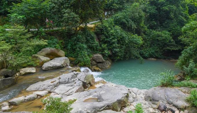 Khám phá thác Lựng Xanh  Ngọn thác nằm cách trung tâm TP Uông Bí, Quảng Ninh khoảng 2 km, phù hợp với những chuyến trong ngày, tạm xa khói bụi và sự ồn ào của thành phố. Từ điểm gửi xe, khách tham quan đi bộ khoảng 10 phút qua con đường dưới những tán cây là đến chân thác Lựng Xanh. Thác chia làm ba tầng, có lối lên khá dễ dàng. Du khách có thể thoải mái bơi lội tại những hồ nước hình thành dưới chân thác nhưng cần lưu ý tới an toàn vì có nhiều tảng đá mọc rêu trơn trượt. Giá vé vào điểm du lịch này là 30.000 đồng một người lớn và 10.000 đồng với trẻ em.
