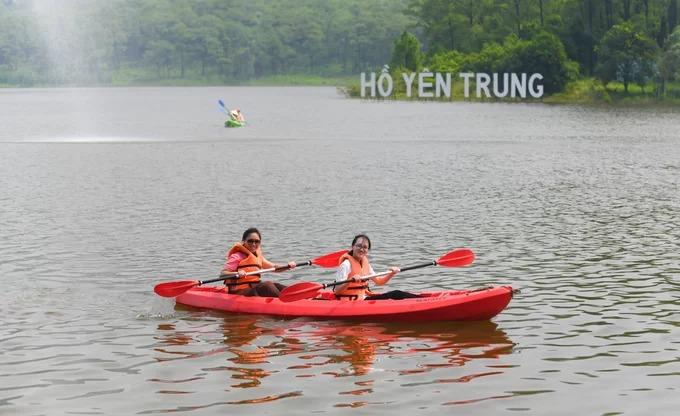 """Chèo thuyền kayak trên hồ Yên Trung  Hồ Yên Trung cách trung tâm thành phố Uông Bí khoảng 5 km. Địa danh được nhiều du khách ví như """"Đà Lạt thu nhỏ"""", bởi bầu không khí trong lành, những cánh rừng thông xanh mướt, hồ nước rộng và thích hợp với nhiều hoạt động vui chơi ngoài trời. Một trong những trải nghiệm thường được khách du lịch lựa chọn là chèo thuyền kayak, đi xe đạp đôi dưới nước ngắm cảnh hồ. Kayak có giá thuê 100.000 đồng một thuyền, chơi trong 30 phút. Đây cũng là điểm đến phù hợp với những chuyến dã ngoại, picnic của các gia đình và nhóm bạn, nhất là trong dịp cuối tuần."""