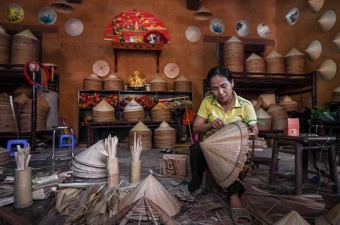Thử làm nón tại làng nghề dưới chân núi Yên Tử  Làng Nương nằm trong quần thể Trung tâm văn hoá Trúc Lâm Yên Tử là không gian tái hiện ngôi làng có từ thời Trần, với 50 nóc nhà và hai dãy phố. Trong làng có nhiều khu vực vui chơi, trải nghiệm văn hoá truyền thống như tập làm nón, vẽ chuồn chuồn tre, dệt tơ tằm… mang đến cơ hội tìm hiểu những sản phẩm đặc trưng của Việt Nam. Để làm một chiếc nón lá, người thợ thủ công phải mất tới nửa ngày hoặc cả ngày tuỳ theo độ cầu kỳ của sản phẩm.
