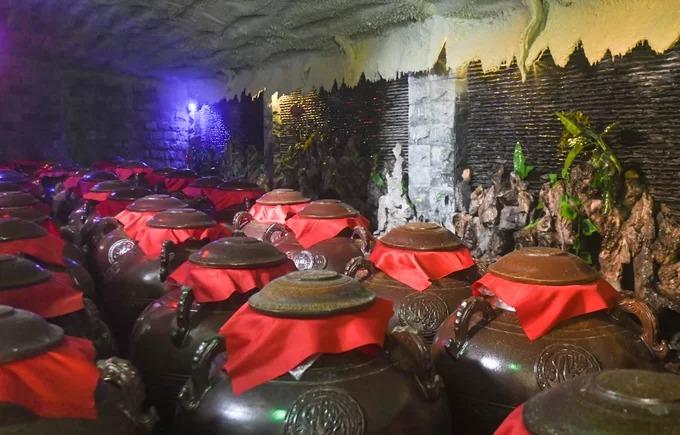 Tham quan hầm rượu mơ Yên Tử  Từ xưa, những quả mơ ở vùng núi Yên Tử đã được người dân chưng cất để dùng cho hầu hết sự kiện quan trọng trong gia đình, dòng họ như cúng lễ, cưới hỏi, hội hè… Người dân địa phương cho rằng, những quả mơ mọc tại đây sau khi đem đi ngâm với đường và rượu trắng cho ra một thức uống lạ, hương thơm và mùi vị khác biệt. Khi đến Uông Bí, du khách có thể đến xã Thượng Yên Công để xem cách người dân tạo ra những đồ uống từ quả mơ như rượu, siro, nước mơ muối.