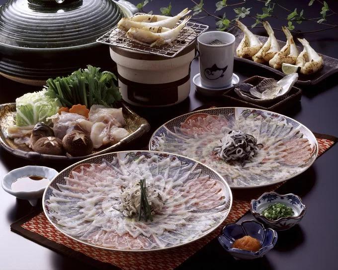 """Cá nóc (Fugu): Đây là một trong những món ăn độc nhất thế giới nhưng được người Nhật yêu thích. Fugu có thể chế biến thành nhiều món, trong đó sashimi cá nóc nổi tiếng hơn cả. Trên thực tế, món ăn này không hề rẻ, thực khách thậm chí phải đánh đổi cả mạng sống vì nếu không sơ chế đúng cách, độc tố trong cá có thể gây chết người. Đầu bếp chế biến Fugu phải trải qua nhiều năm đào tạo, thực hành và một cuộc kiểm tra nghiêm ngặt trước khi được cấp giấy chứng nhận hành nghề. Thành phố Shimonoseki được mệnh danh là """"Kinh đô cá nóc Nhật Bản"""". Ảnh: KPG_Payless."""