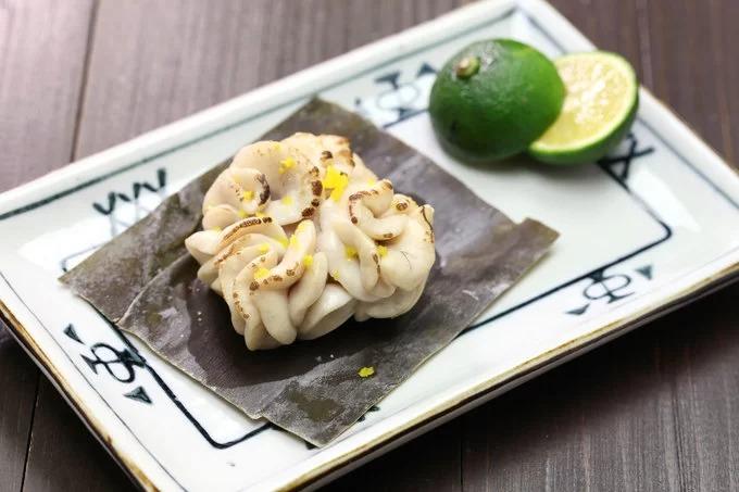 Tinh hoàn cá (Shirako): Đây là món phổ biến ở Nhật Bản, du khách có thể gọi một đĩa Shirako trong bất kỳ quán sushi hay quán rượu bình dân nào. Người Nhật thường thích ăn tinh hoàn của cá nóc hoặc cá tuyết. Món này có màu trắng, mùi nồng. Thời điểm tốt nhất để thưởng thức shirako là vào mùa thu. Tương tự các món sống khác, shirako thường ăn với xì dầu hoặc wasabi và ponzu (nước chấm từ chanh). Một số nhà hàng cũng chế biến tinh hoàn cá thành món chín nhưng không phổ biến. Giá trị của Shirako được tính trên kích thước và độ tươi của món. Ảnh: Bonchan.