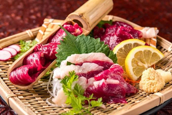 Thịt ngựa sống (Sakuraniku): Người Nhật cho rằng thịt ngựa có nhiều chất dinh dưỡng, ít béo và dễ tiêu hoá hơn thịt bò. Món này cũng được bán phổ biến trong các quán nhậu bình dân. Tuy nhiên để thưởng thức Sakuraniku tươi ngon, bạn nên đến các nhà hàng lớn, chuyên về thịt ngựa. Những nơi nổi tiếng với món thịt ngựa sống thái mỏng là tỉnh Kumamoto, Nagano và Oita. Ảnh: Kei Shooting.