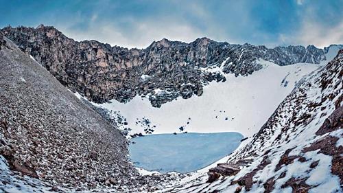 Hồ Roopkund có đường kính hơn 30 m và đóng băng 11 tháng trong năm. Ảnh: Atish Waghwase/Hindu Times.