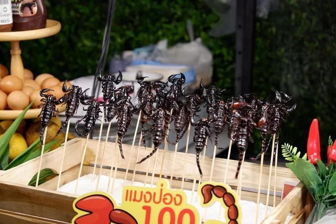 Bọ cạp chiên  Côn trùng là món ăn phổ biến ở Thái Lan nhưng giá không rẻ. Bọ cạp chiên giá khoảng 100 baht (75.000 đồng) mỗi con. Trước khi chiên với dầu sôi, nguyên liệu được sơ chế và làm sạch. Bọ cạp chiên giòn có vị gần giống với cua mai mềm và ghẹ sữa.