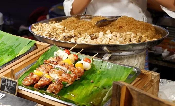 Pad Thái và xiên nướng thập cẩm  Hai món ăn này được bán nhiều ở khu chợ đêm đường Nimman. Thịt lợn xiên cùng các loại rau củ như cà chua bi, ớt xanh, dứa và chân nấm. Khi nướng vừa lửa, thịt có mùi thơm và màu sắc đẹp mắt. Mỗi xiên có giá khoảng 20 baht (15.000 đồng). Thực khách có thể ăn kèm với pad Thái (mì xào kiểu Thái), giá 30 baht (23.000 đồng) một suất.