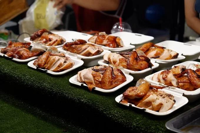 Thịt gà quay  Món này hấp dẫn hơn khi uống kèm bia. Trước khi nấu, gà tươi được ướp với sốt chanh Thái, đường, tỏi và ớt. Sau khi đun với lửa nhỏ để ngấm gia vị, gà được quay trong bếp điện. Khi chín, phần thịt gà bên trong vẫn mềm và giữ nước. Bên ngoài da gà khá giòn và có màu vàng nâu đẹp mắt. Món ăn thường kèm sốt chấm cay Thái Lan. Mỗi suất có giá 50 baht (38.000 đồng).
